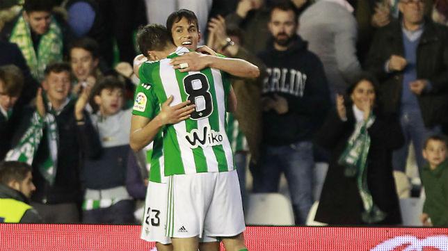 Jonas felicita a Mandi tras el primer gol del Betis ante la Real Sociedad (Foto: Raúl Doblado)