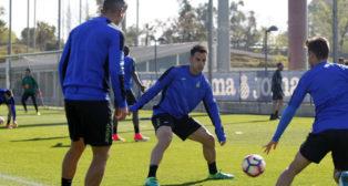 Jurado y Salva Sevilla participan en un rondo (Foto: RCD Espanyol).