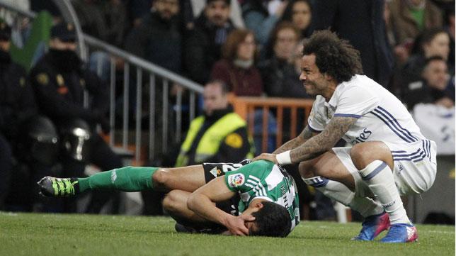 Mandi se duele en el suelo mientras Marcelo se preocupa por él (Foto: EFE).