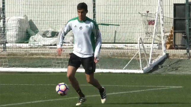 Mandi toca balón en el entrenamiento