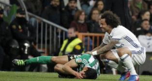 Mandi se lamenta de una lesión en el Real Madrid-Real Betis (Foto: EFE)