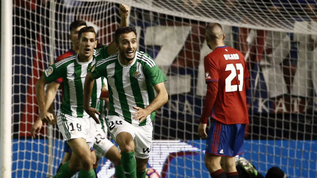 Álex Alegría y Germán Pezzella celebran el gol de Felipe Gutiérrez en El Sadar ante el Osasuna en la primera vuelta (Foto: EFE)