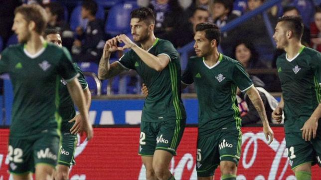 Los jugadores del Betis celebran el gol de Piccini en Riazor (Foto: EFE)