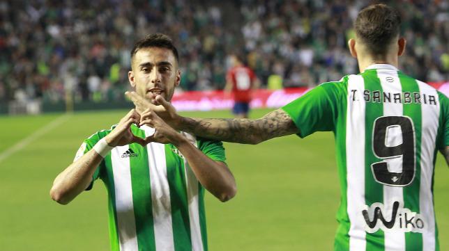 Rafa Navarro, felicitado por Sanabria, celebra su gol al Osasuna (Foto: Raúl Doblado)
