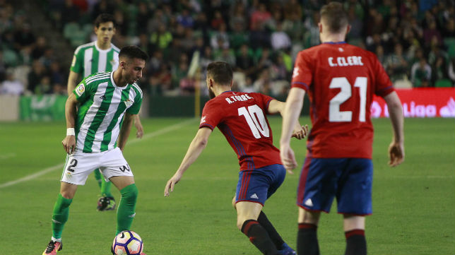 Rafa Navarro encara a Roberto Torres durante el Betis-Osasuna (Foto: Raúl Doblado)