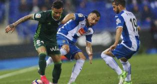 Rubén Castro trata de marcharse de dos jugadores del Espanyol