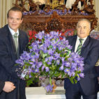 Rafael Salas, el segundo por la izquierda, durante una ofrenda floral en 2016 (Foto: J. J. Úbeda).