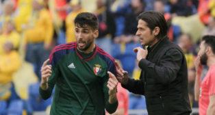 Vasiljevic le da instrucciones a Kodro (Foto: EFE)