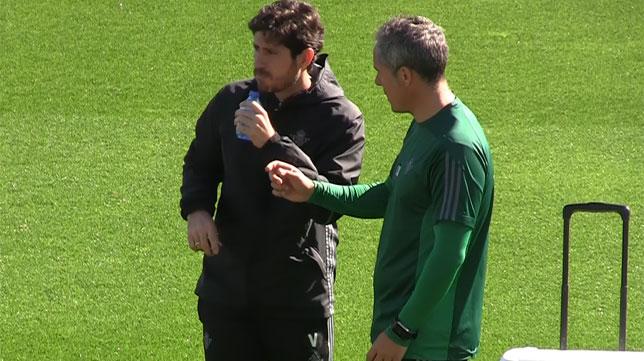 Marcos Álvarez, preparador físico del Betis, dialoga con Víctor Sánchez del Amo durante un entrenamiento