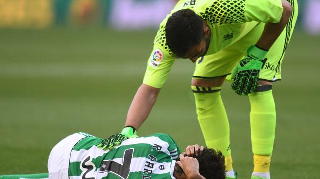 Adán se preocupa por Rubén Pardo durante el partido (Foto: J. J. Úbeda).