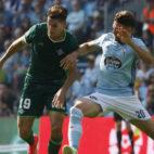 Álex Alegría controla el balón ante la presión del jugador del Celta Sergi Gómez (Foto: EFE)