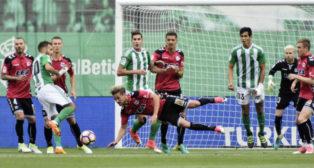 Pezzella disputa un balón con Christian Santos
