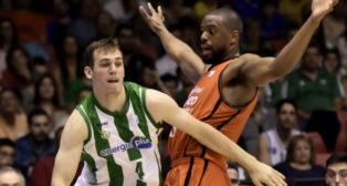 El ala pivot del Valencia Basket, Will Thomas defiende al base del Real Betis Nikola Radicevic (Foto: EFE)