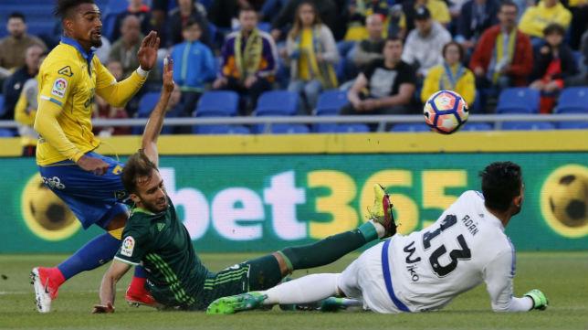 Adán despeja el remate de Boateng en el partido jugado ante Las Palmas (Foto: EFE)