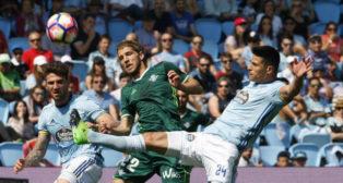Brasanac y Roncaglia luchan por un balón durante el partido entre el Celta y el Betis