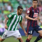 Ceballos conduce el balón en el partido jugado ante el Eibar (Foto: J. J. Úbeda)