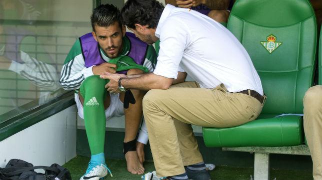 Víctor habla con Dani Ceballos durante el partido ante el Eibar (Foto: J. J. Úbeda)