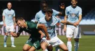 Ceballos disputa un balón con el jugador del Celta Lemos (Foto: EFE)