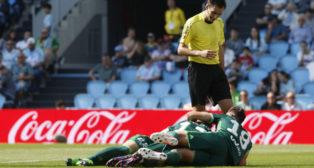 Joaquín y Álex Alegría celebran con Brasanac desde el suelo el gol del serbio en Balaídos