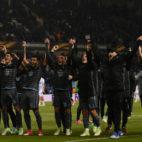 Los jugadores del Celta celebran sobre el césped del campo del Genk su pase a las semifinales de la Europa League (Foto: AFP Photo)