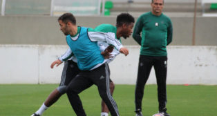 Durmisi y Donk pelean un balón en un entrenamiento bajo la mirada de Alexis (Foto: RBB)