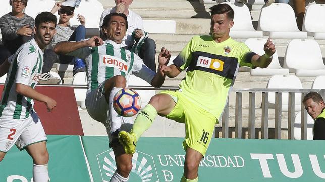 Fabián disputa un balón con el jugador del Córdoba Pedro Ríos (Foto: Valerio Merino)