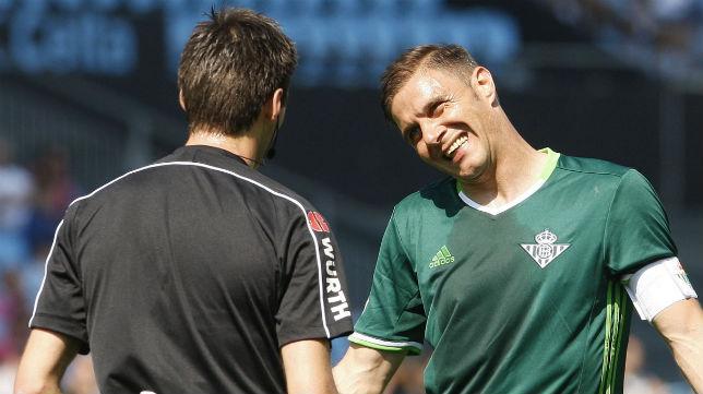 Joaquín dialoga con el árbitro del Celta-Betis (Foto: EFE)