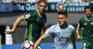 Joaquín pelea un balón con el jugador del Celta Radoja