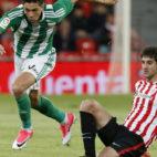 Jonas Martin se marcha de San José en el Athletic-Betis (Foto: EFE).
