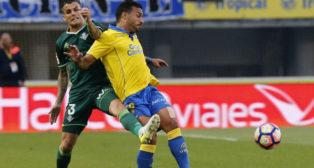 Álex Martínez disputa un balón con Macedo (Foto: EFE)