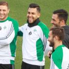 Joaquín, Petros, Adán y Pezzella sonríen en un entrenamiento (Foto: J. J. Úbeda)