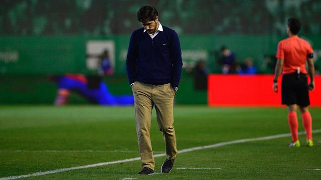 Víctor, desolado en la banda (Foto: AFP).