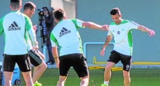 Rubén Castro toca el balón en presencia de varios compañeros durante un entrenamiento (Foto: J. J. Úbeda)