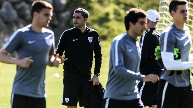 Valverde observa a sus futbolistas en un entrenamiento (Foto: EFE)