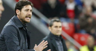 Víctor da instrucciones ante Valverde (Foto: EFE).
