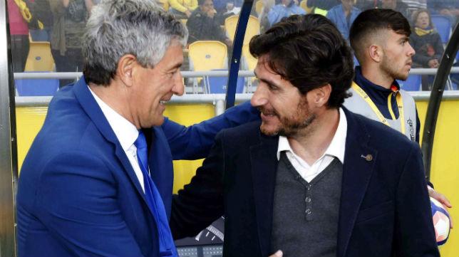 Víctor saluda a Quique Setién antes del Las Palmas-Betis (Foto: EFE)