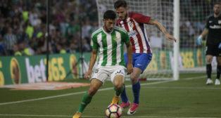 Cejudo conduce un balón en el Betis-Atlético
