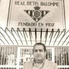 Pedro Buenaventura Gil, en la puerta de cristales del Villamarín, el estadio del Betis