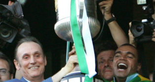 Lopera y Denilson levantan la Copa del Rey del 2005 (Foto: Reuters)