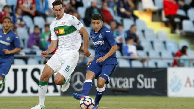 Fabián y Portillo pelean por un balón en el Getafe-Elche jugado el pasado fin de semana