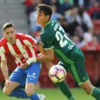 Mandi pugna con Çop en el Sporting-Betis (Foto: EFE)
