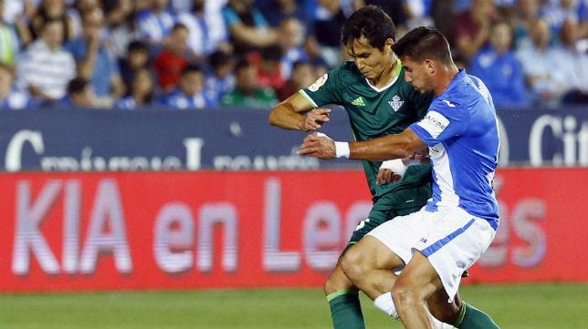 Mandi pelea con Gabriel Pires por un balón ante el Leganés (Foto: EFE)