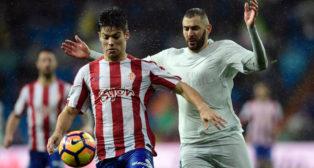 Jorge Meré protege un balón ante Benzema (Foto: AFP).