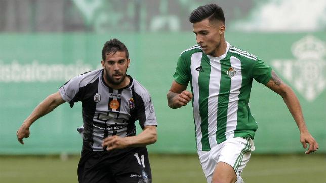 El verdiblanco Narváez trata de marcharse de un jugador del Lorca Deportiva en el choque de ida (Foto: J. J. Úbeda)