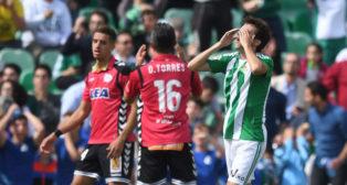 Rubén Partdo se lamenta en el Betis-Alavés (Foto: J. J. Úbeda)