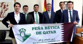 Socios de la Peña junto al embajador español en Qatar, Ignacio Escobar (Foto: @betisqatar)