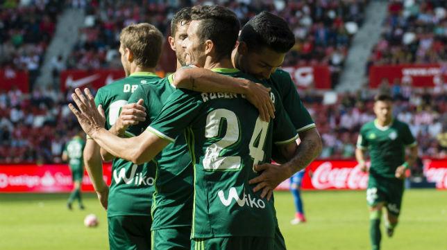 Rubén Castro es abrazado por Petros y Cejudo tras marcar uno de los goles al Sporting (Foto: @LaLiga)