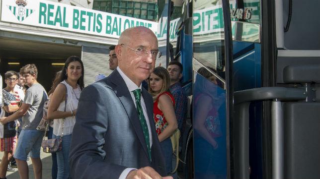 Serra Ferrer se monta en el autobús del equipo (Foto: J. J. Úbeda)