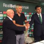Quique Setién, junto a Serra Ferrer y Ángel Haro