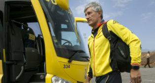 Quique Setién, a punto de montarse en el bus de Las Palmas antes de viajar a La Coruña (Foto: EFE)